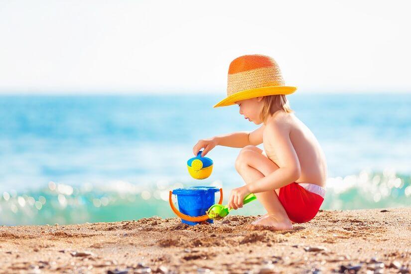 Mit Spielzeug macht der Strand noch mehr Spaß