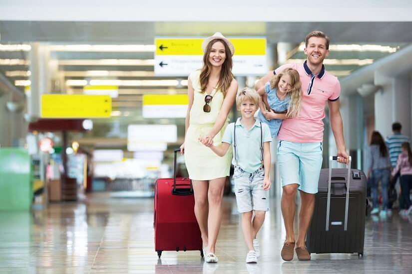 Als Familie entspannt am Flughafen