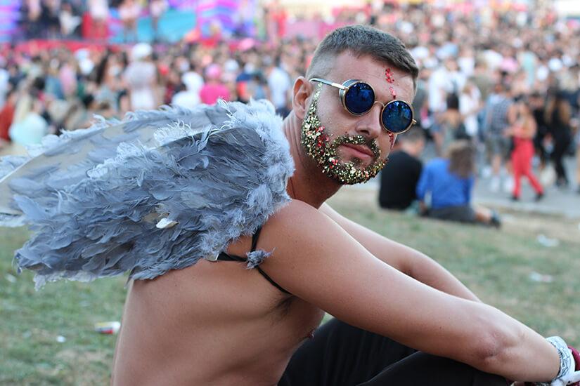 Ausgefallens Kostüm auf dem Festival