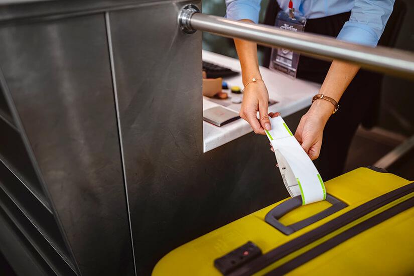 Check-Iin mit Koffer