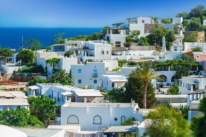 Insel Panarea mit weißen Häusern