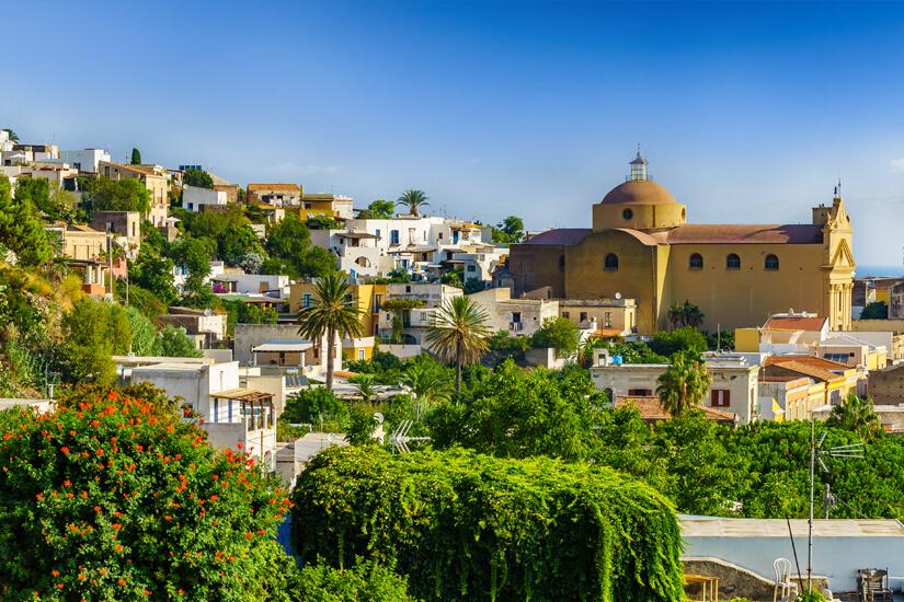 Insel Salina mit Santa Marina Kirche