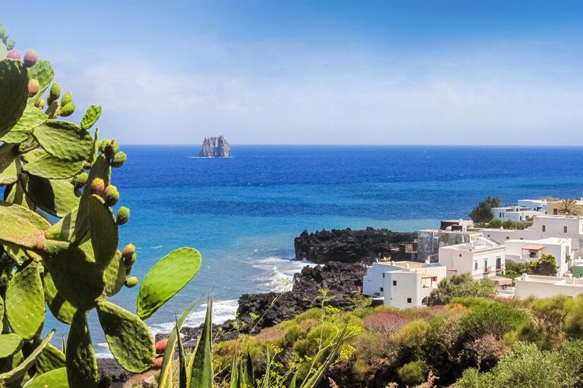 Küstenlinie der Insel Stromboli