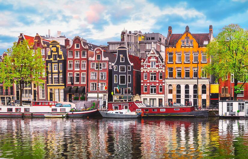 Häuser an einer Gracht in Amsterdam