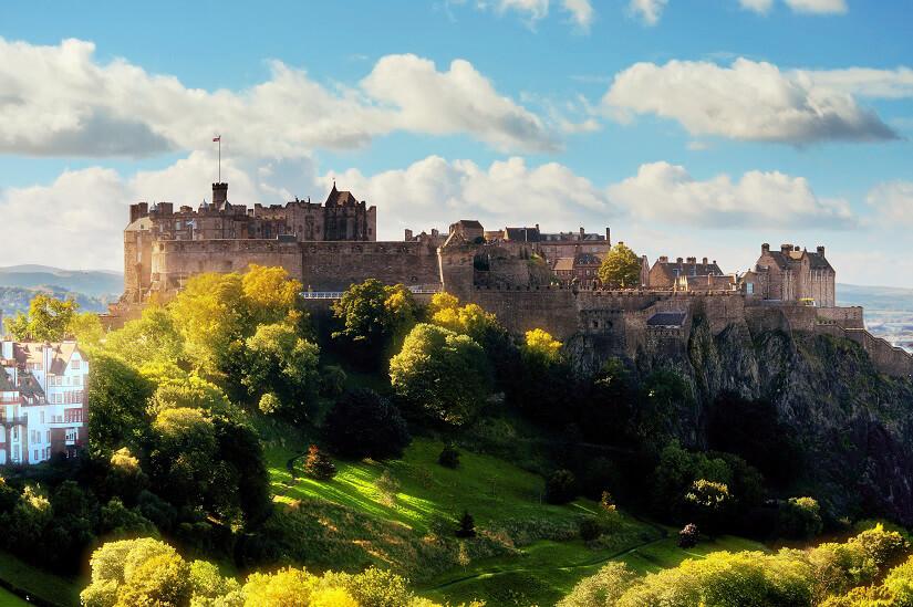 Über der Stadt thront Edinburgh Castle