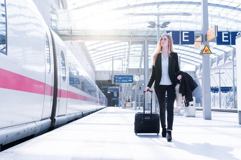 Mit dem Koffer am Bahnhof