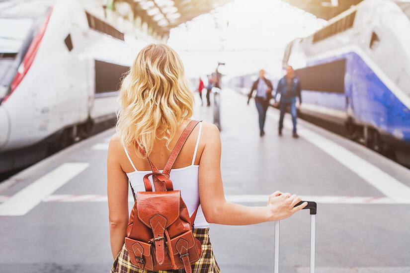 Junge Frau am Bahnhof