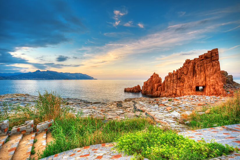 Der rote Felsen bei Arbatax auf Sardinien