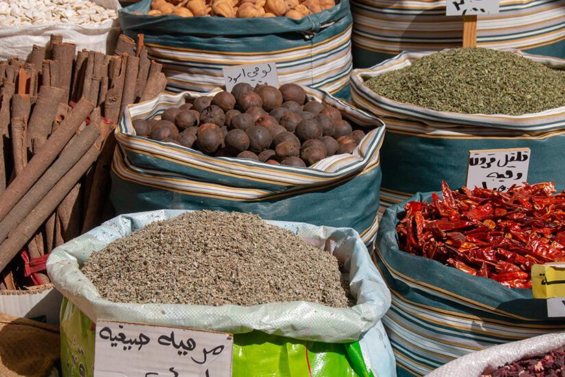 Orientalische Gewürze auf dem Markt