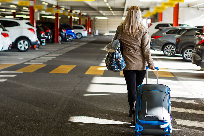 Mit dem Koffer zum Parkplatz