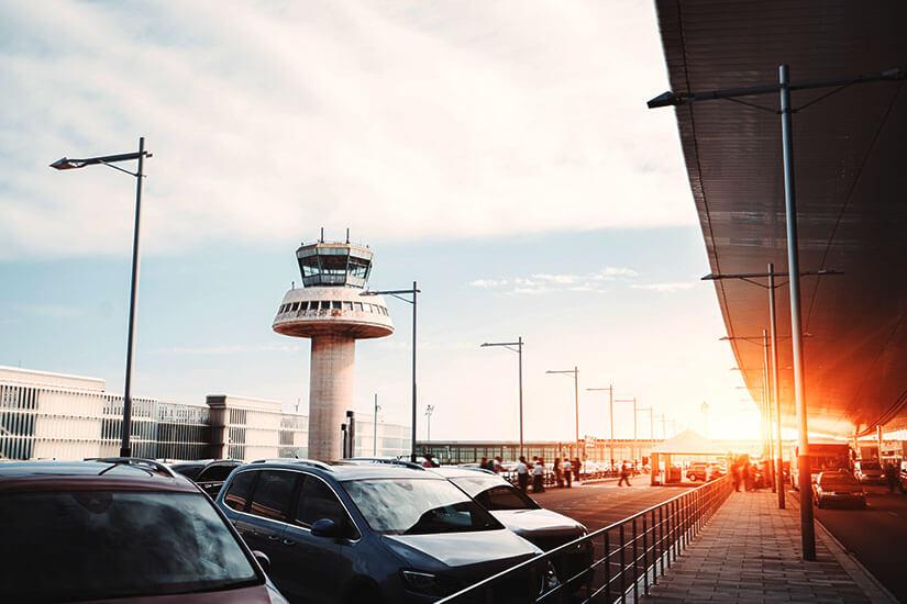 Das Auto am Flughafen abstellen