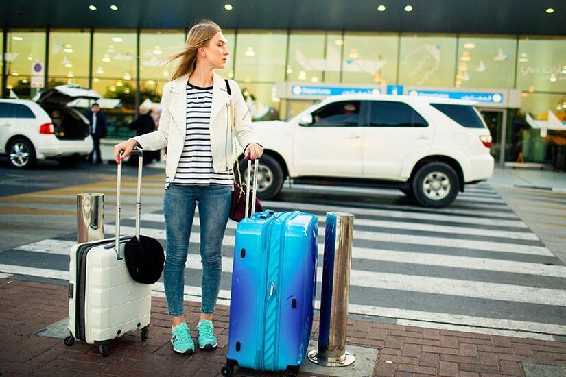 Mit Gepäck am Airport