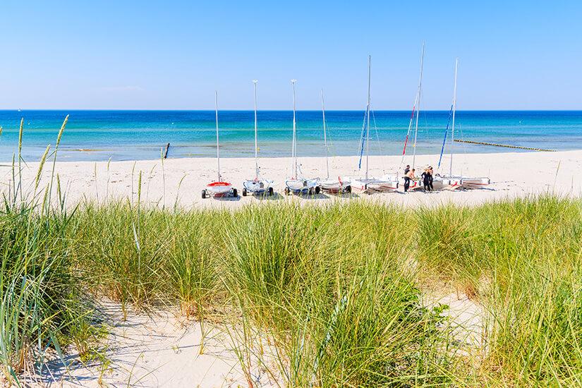 Strand mit Segelbooten auf Hiddensee