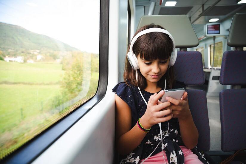 Mädchen alleine auf Zugreise
