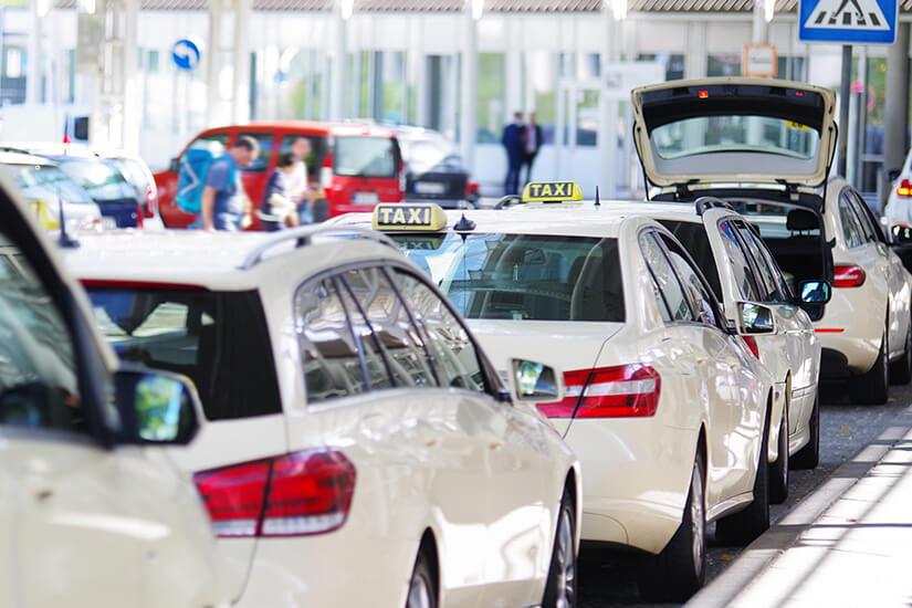 Taxi am Flughafen nehmen