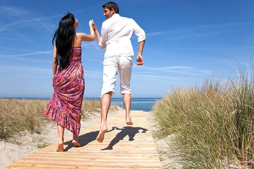 Paar auf dem Weg zum Strand