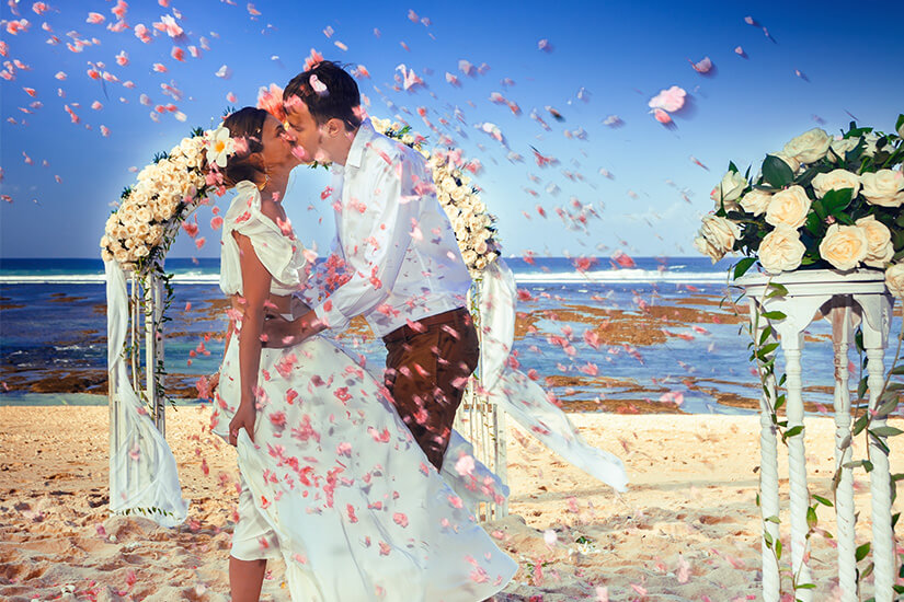 Kuss bei der Vermählung am Strand