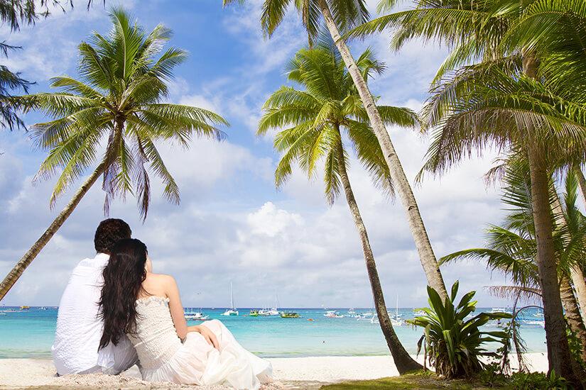 Brautpaar unter Palmen