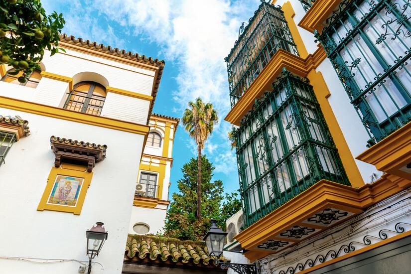 Historische Fassaden in Santa Cruz, Sevilla