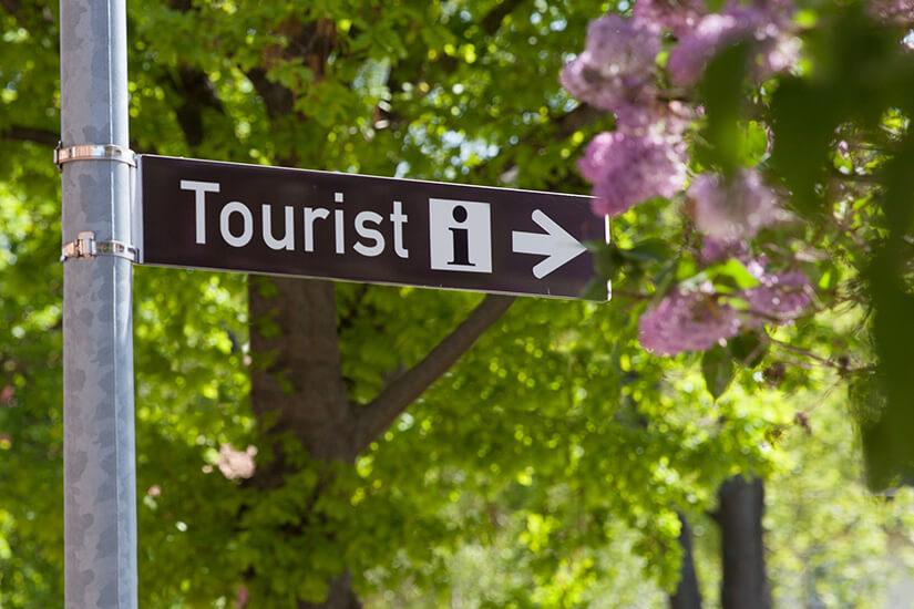 Wegweiser zur Touristeninformation