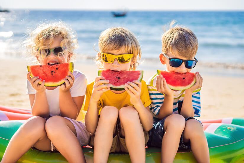 Mit Melone am Strand