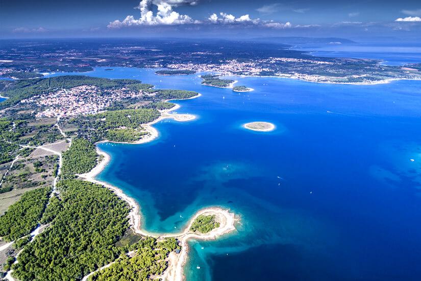 Küste Istriens perfekt zum Segeln