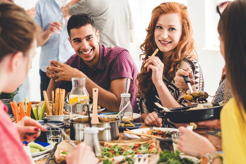 Leckeres Essen mit Freunden genießen