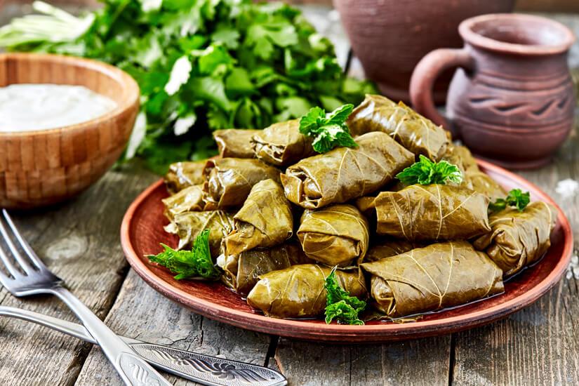 Köstliche griechische gefüllte Weinblätter