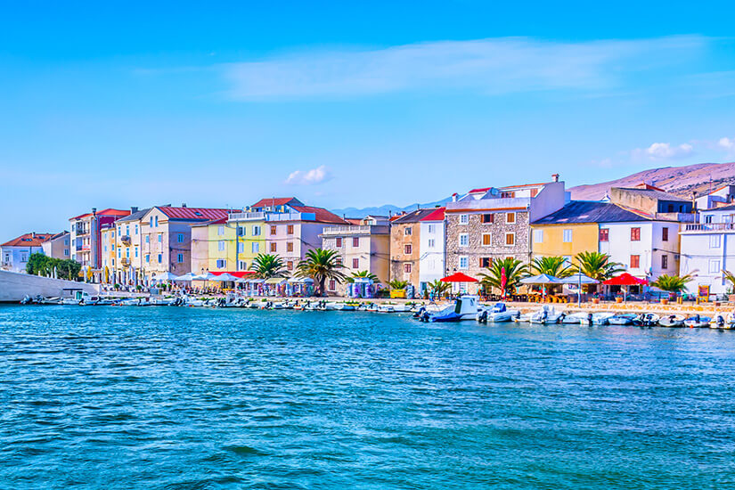 Bunte Hafenpromenade von Pag