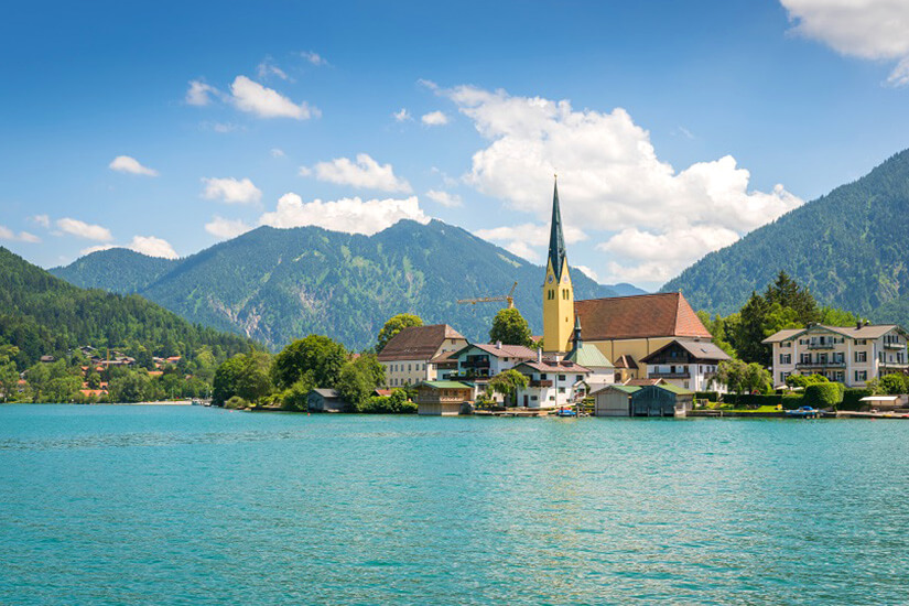 Der Tegernsee mit Alpen im Hintergrund