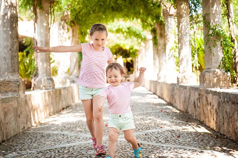Kinder in den Gärten von Alfabia