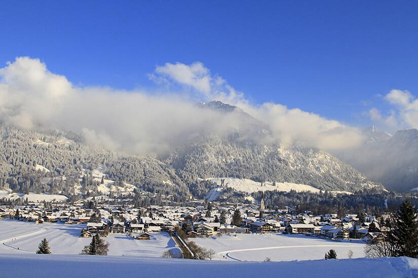Oberstdorf mit Schanze im Schnee