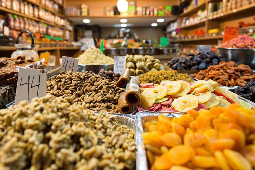 Obst und Nüsse auf dem Markt