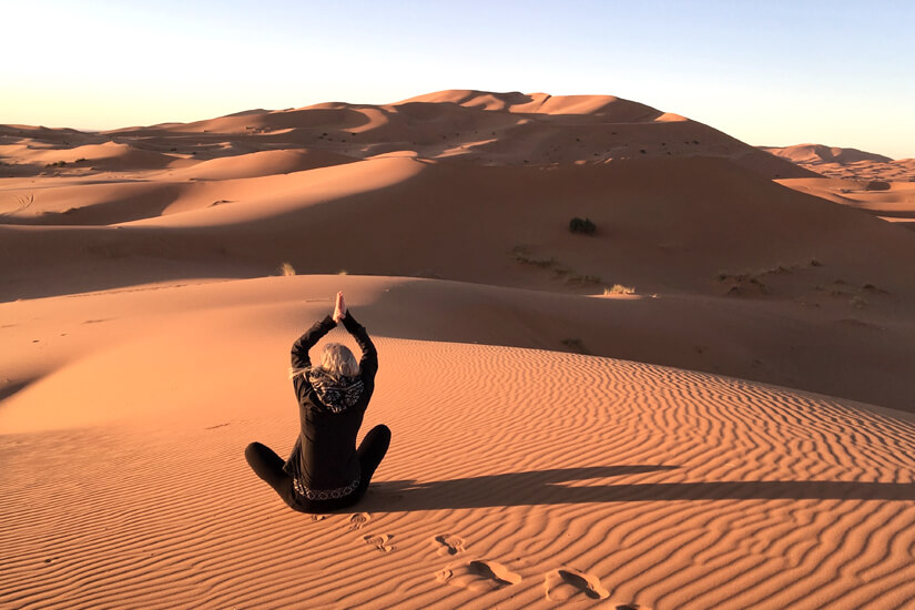 Yoga in der Sahara in Marokko