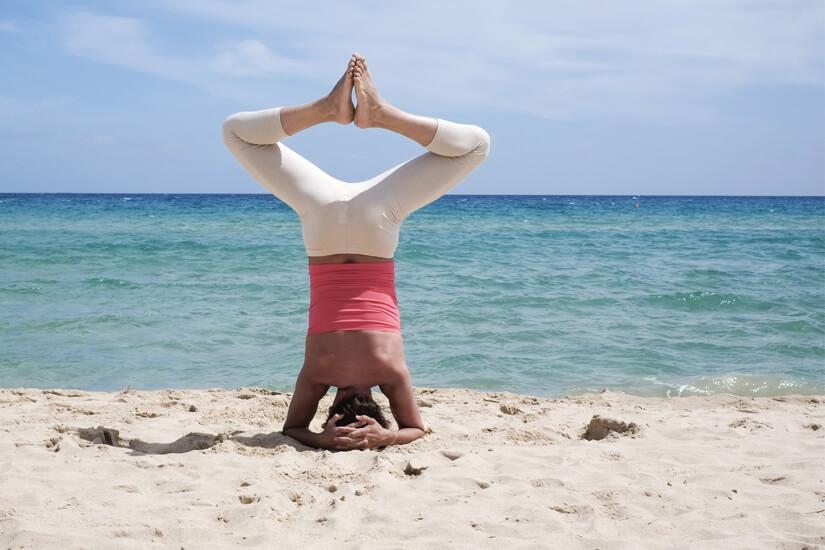 Yoga am Strand von Sardinien