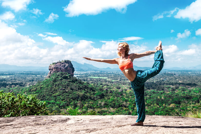 Yoga vor dem Pidurangala Rock in Sri Lanka