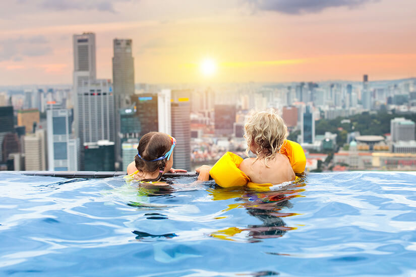 Rooftop Swimmingpool mit Blick über Singapur