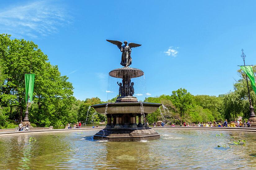 Sitzplätze rund um die Bethesda Fountain