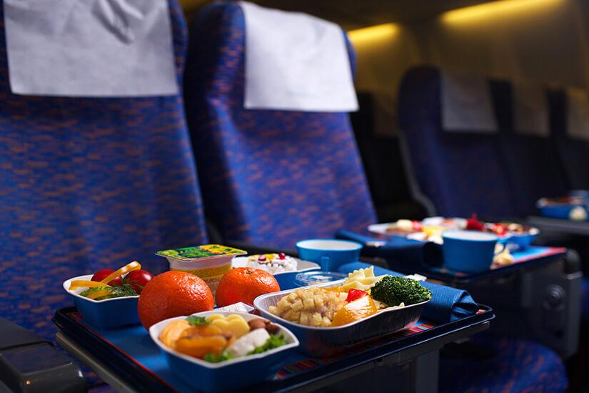 Gutes Essen im Flugzeug genießen