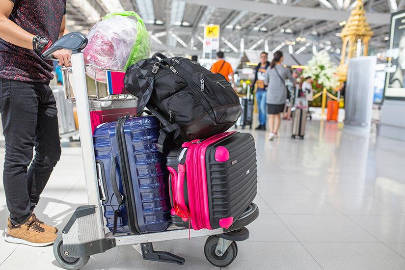 Mit Gepäck am Flughafen