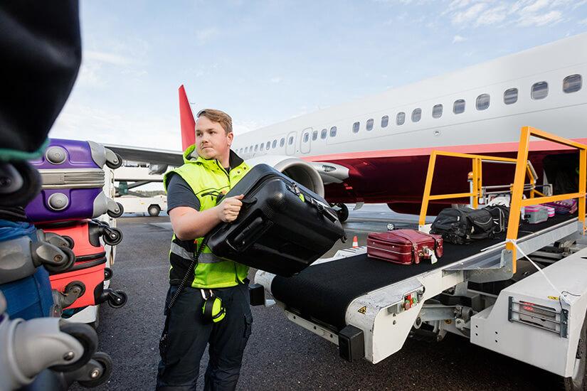 Reisekoffer auf dem Weg ins Flugzeug