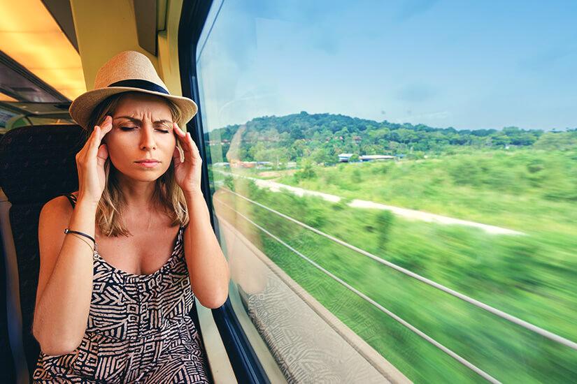 Die Reisekrankheit macht sich häufig im Zug bemerkbar