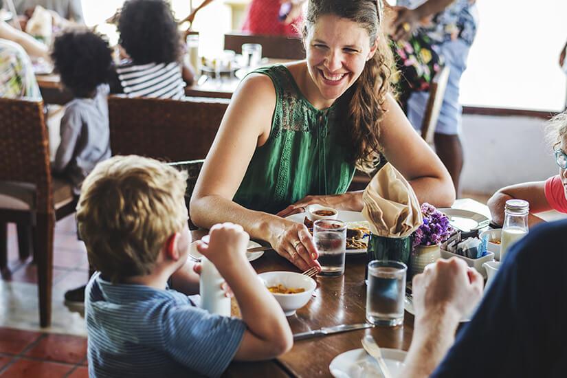 Mit Kindern am Tisch