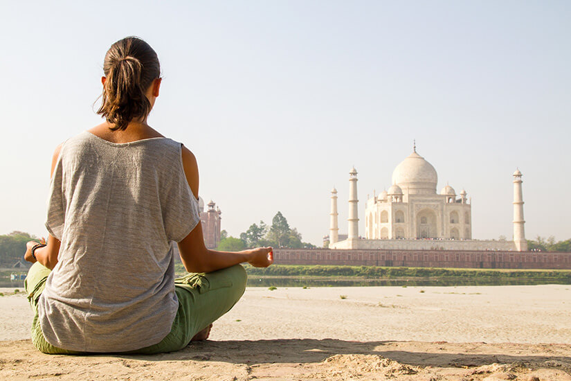 Besucherin vor dem Taj Mahal