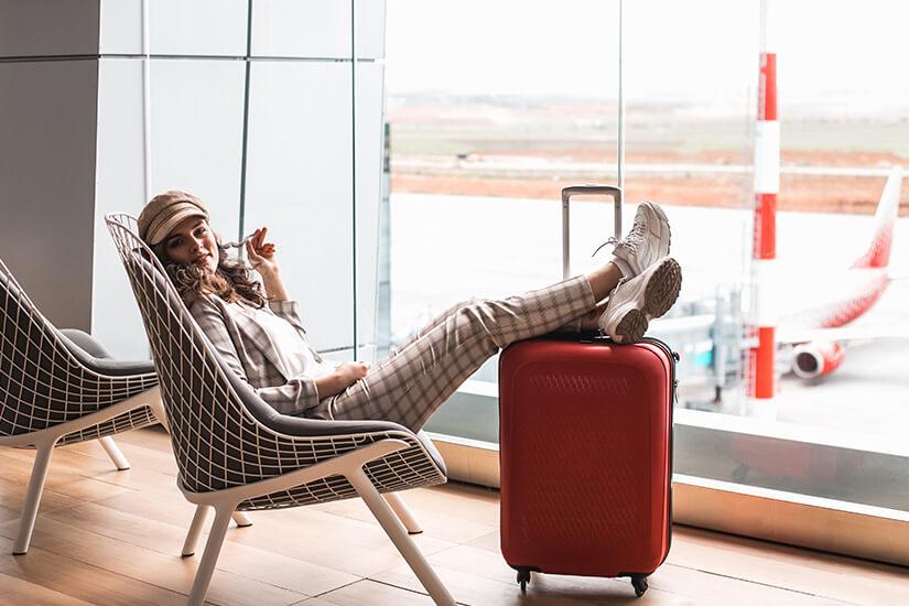 Economy Premium in der Flughafen Lounge