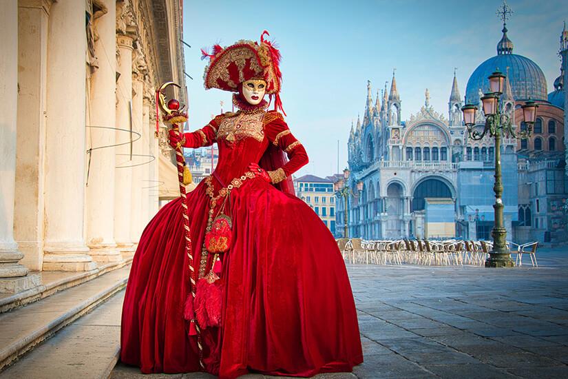 Kostümierte Frau auf dem Markusplatz in Venedig