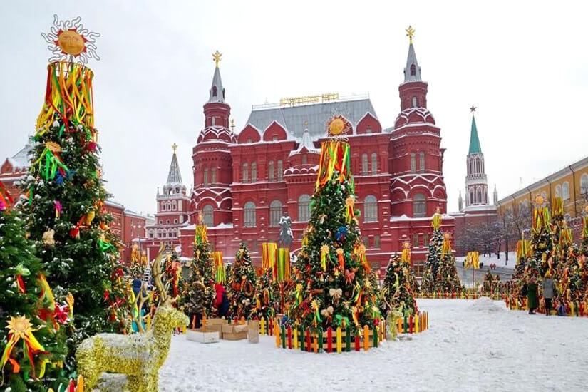 Geschmückte Nadelbäume zur Maslenitsa in Moskau