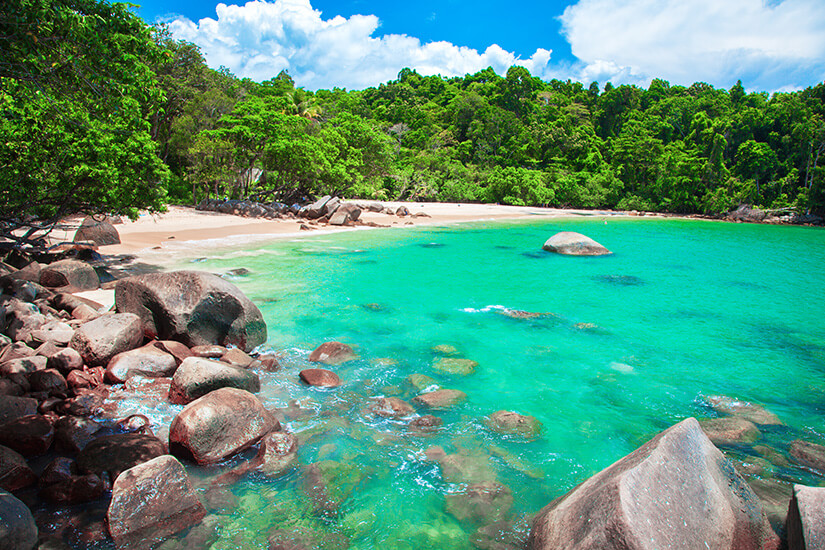 Traumstrand mit Mangroven in Khao Lak