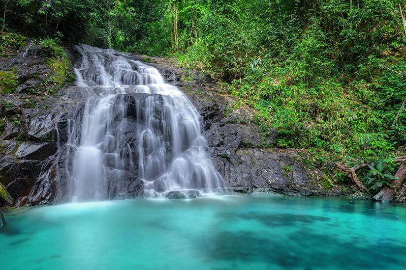 Tropischer Wasserfall Ton Chong Fa
