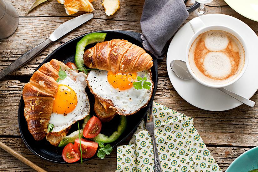 Frühstück mit Spiegelei und Croissants